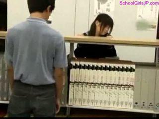 Escolar getting su coño rubbed en la biblioteca