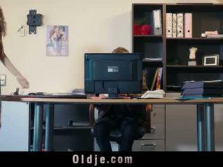 Seksowne młody sekretarka blackmails jej stary szef na brudne pieprzyć na twarz <span class=duration>- 6 min</span>