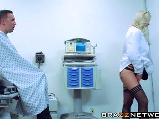 Nuostabus blondinė brooke brand getting pleasured iki jos.