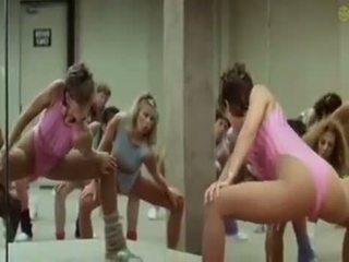 सेक्सी लड़कियों doing aerobics exercises में एक किनकी रास्ता
