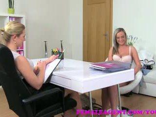 Femaleagent seksi blondinke je shown kako naravna druga womans dotikajte lahko biti