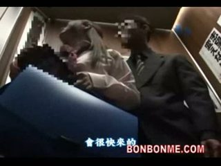 Японська школярка gives удачливий guy a мінет в elevator 01
