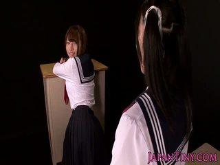 Japanilainen koulutyttö fingers squirting teinit