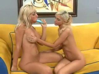 Christine alexis jamming penis buatan ke jessica lynns tigh twat sebagai dia licks klitoris