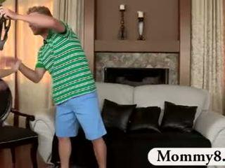 Milf stemor catches tenåringer faen på henne sofa