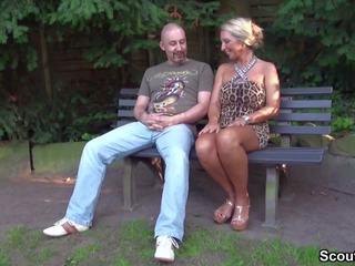 Fremder Typ Spricht Geile MILF Im Park an Und Darf...