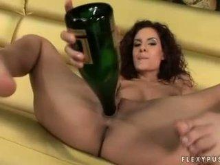 Verë paramour leanna e ëmbël copulates të saj cookie me të saj bosh shishe