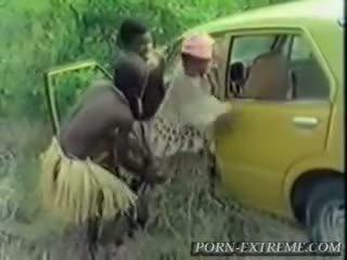 Africana gaja fodido por branca caralho em floresta