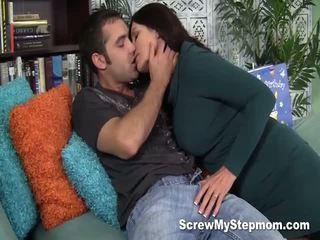 Terangsang ibu tiri gets intimate dengan dia muda lover