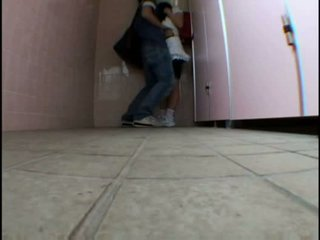 I ri adoleshent molested në schooltoilet