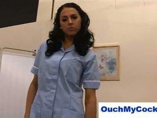 Непристойна медсестра louise jenson gives пацієнт a harsh мастурбація