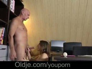 Evelina asks henne gammal trainer till vänligen henne kåta fittor