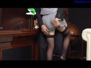 Vollbusig sekretärin im sexy strümpfe getting sie beine licked squirting während fingered giving footjob lutschen schwanz auf die couch im sie boss büro