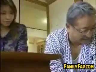 Asiatisch schritt tochter mit die alt mann