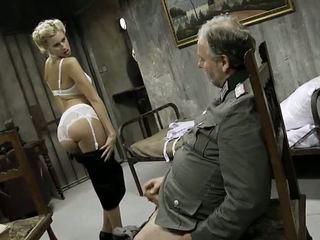Fiatal lány és an régi férfi having szex