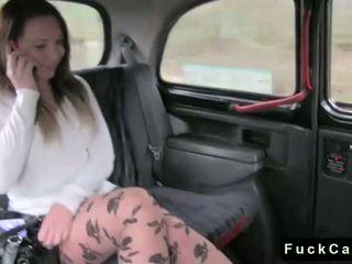Príťažlivé zadok bruneta fucked v verejnosť fake taxi