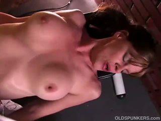 Sexy mature babe enjoys a fuck and a facial
