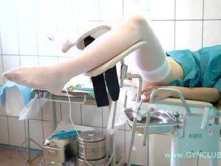 Tiener meisje op een gynaecologisch stoel. vol inspection! (34)