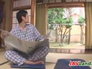 Seksuālā japānieši mājsaimniece ar liels bumbulīši