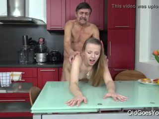 Stary goes młody - steamy seks w the kuchnia między młody laska