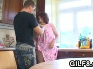 Storas senelė having seksas į the virtuvė