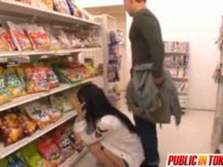 Sora aoi i sterk doggy faen ved butikken
