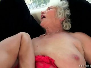 Frekk barmfager bestemor enjoys hot sex