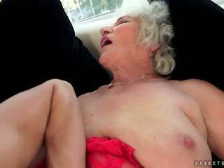 Ondeugend rondborstig grootmoeder enjoys heet seks