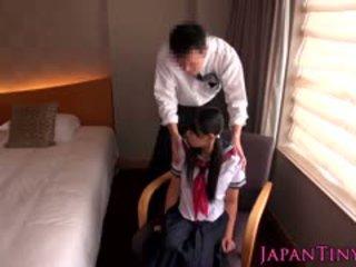 작은 일본의 여학생 엿 로 사업 사람