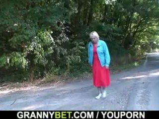 Той picks нагоре и bangs 80 years стар бабичка извън