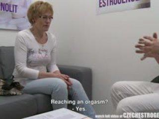 Ýaşy ýeten çehiýaly woman squirting with estrogenolit
