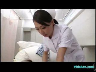 พยาบาล giving ใช้ปากกับอวัยวะเพศ สำหรับ ผู้ป่วย บน the hospitals เตียง