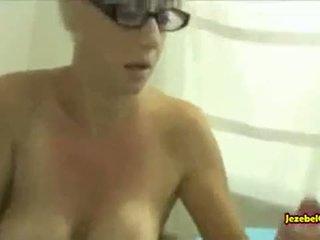 Milf mère surprit son fils masturbation et helps lui par suçage