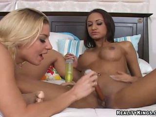 Halia hill e suo lesbica gf bangin in un bagno