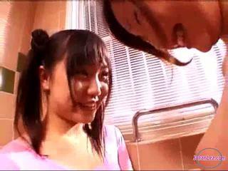 2 niñas en aeróbic vestido besando rubbing tetitas en la baño