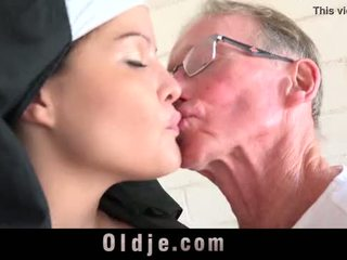 Stary człowiek marki młody monastery opiekunka fornicate