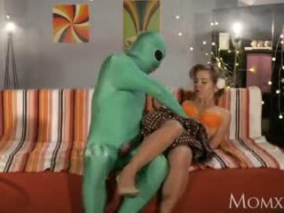 Mami lonely shtëpiake gets e thellë hetim nga jashtëtokësor në karnavalet video