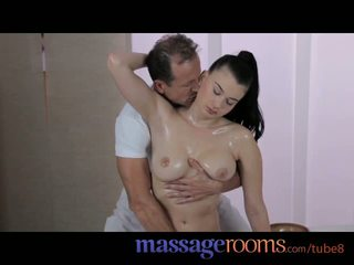 Massagem rooms gira jovem grávida com grande natural mamas gets confuso ejaculação na cara