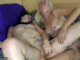 Oldnanny lesbian matura și lesbian adolescenta este masturband-se cu sextoy