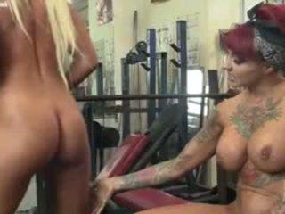 Dani andrews et megan avalon gym lesbiennes