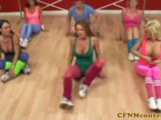 Cfnm femdoms aftrekken lul bij aerobics