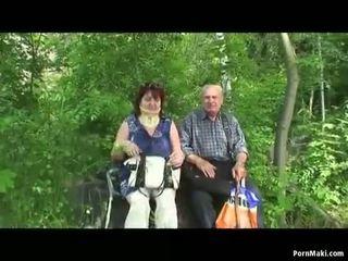 Oma en grootvader neuken openlucht