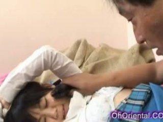 Įtemptas jaunas azijietiškas mokinukė