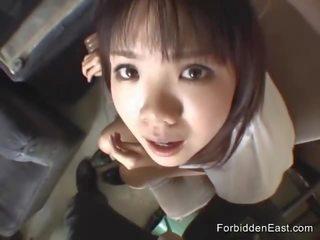 Der zierliche und gebräunte Jap Hitomi Mano spritzt auf Schwanz und Finger