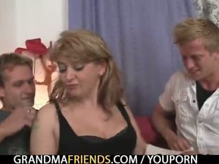 Desagradable viejo dama takes two grande cocks