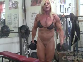Female bodybuilder lacey works aus und masturbates