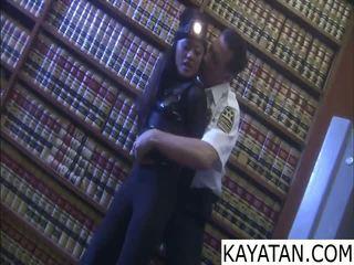 Pinay zlý dievča na dali ng zabezpečenia guard