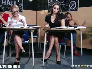 Tainnutus ruskeaverikkö koulutyttö seduces hänen kuuma blondi classmate