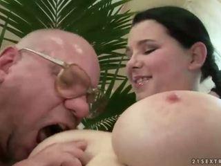 Heldig bestefar knulling med barmfager tenåring