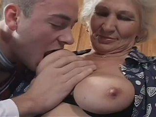 白 haired 奶奶 becomes 一 讨厌 妓女 为 巨大 年轻 公鸡